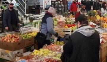 """Жадность привела к гниению продуктов на рынках в Киеве, кадры: """"Могли бы отдать в детский дом"""""""