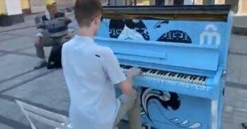 """В Харькове вандалы устроили облаву на уличные пианино, фото: """"Порезвились недодети"""""""