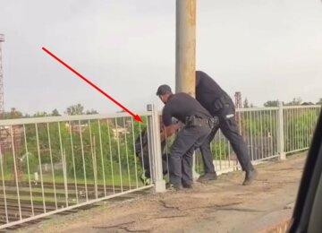 Харків'янка намагалася стрибнути з мосту на очах у людей, з'явилося відео: злетілася поліція
