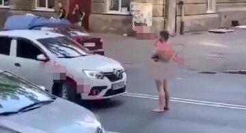 """В Одессе мужчина разделся и гулял по дороге, видео: """"водитель не выдержал и..."""""""