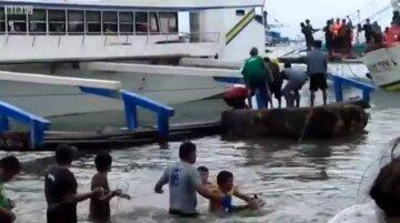 Сльози та жах: кадри з місця катастрофи біля узбережжя