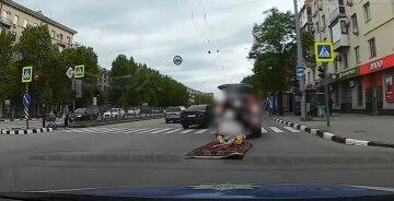 """У Харкові возили """"пасажирів"""" на """"килимі-літаку"""", відео: все закінчилося сумно"""