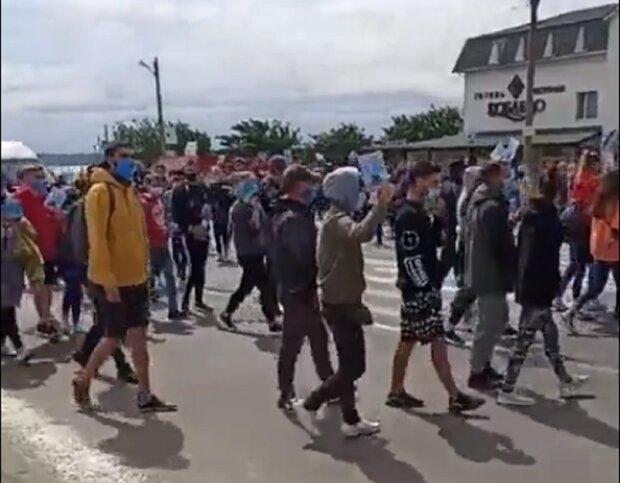 Курортный поселок восстал против карантина, трасса на Одессу перекрыта: видео происходящего