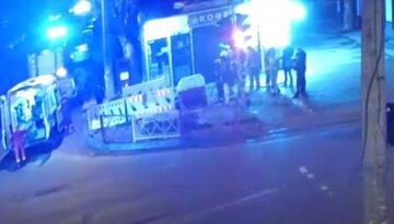 "Одессита ""притянуло"" в огороженную яму на тротуаре, сбежались люди: момент попал на видео"