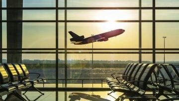 ЧП в аэропорту: микроавтобус протаранил самолет с людьми, детали и кадры