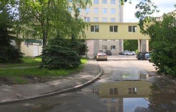 «Стабільність по-харківськи»: в мережі показали дорогу біля трьох ключових лікарень міста, відео