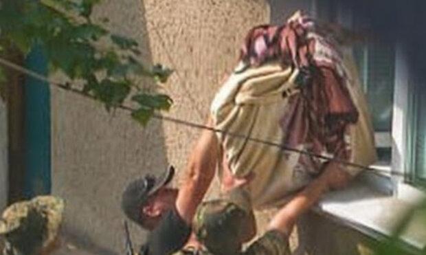 """""""Зривали навіть підлогу"""": російські найманці розграбували місто на Донбасі, кадри"""