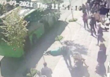 Провід тролейбуса впав на жінку в Харкові: момент НП потрапив на відео