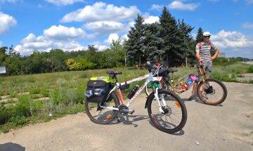 """Українець проїхав майже 600 км на велосипеді, граючи на дудці гімн: """"Вмію найкраще"""""""