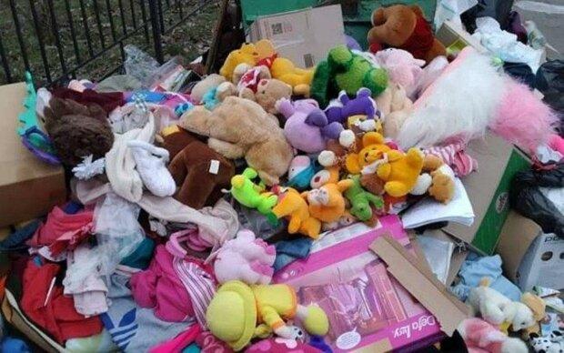 """Іграшки для українських сиріт викинули на смітник, видовище до сліз: """"Зажрались"""""""