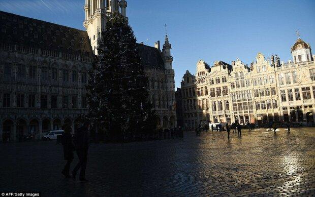 Эйфелевую башню в Париже и Брандербургские ворота в Берлине подсветили в цвета бельгийского флага (видео)