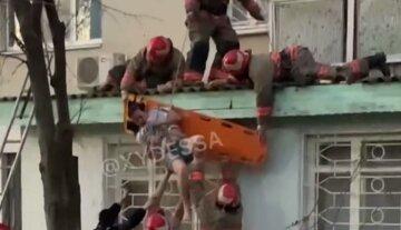 Девушка выпала из окна многоэтажки под Одессой, спасатели чуть не добили ее: видео ЧП