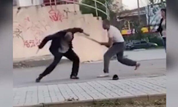 Неадекват бросался на людей с кухонными ножами средь бела дня: видео схватки