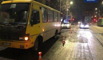 """Маршрутка с людьми попала в аварию в Одессе, фото: """"Притормозила возле остановки"""""""
