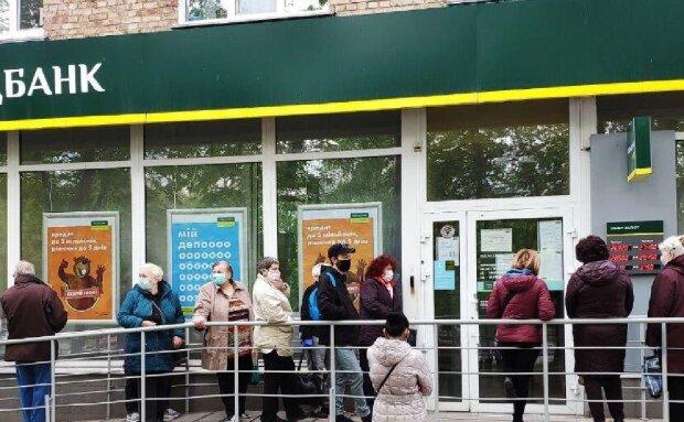 """Пенсіонери влаштували бійку біля банку в Києві, відео: """"мені треба платити комунальні"""""""