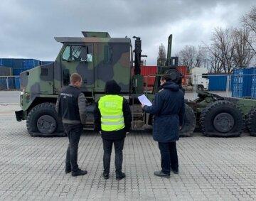 Переполох на одесской таможне: военная техника пытается пересечь границу, фото