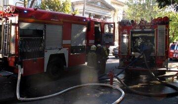 Молодая девушка оказалась в плену огня в центре Одессы, спасатели бросились на помощь: кадры  ЧП
