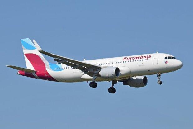 Eurowings_A320-200_D-AIZS_arrives_London_Heathrow_15Sep2015_arp-1024×683