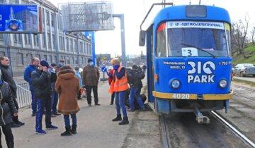 Выволокли и уложили лицом в асфальт: пьяный пассажир устроил дебош в одесском трамвае, кадры
