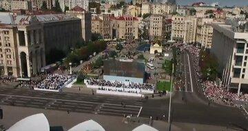 Тысячи людей собрались на Крещатике, люди карабкаются на заборы: кадры