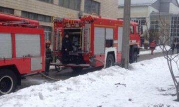 У Києві розгорілася пожежа, з'їхалися рятувальники: відомо про постраждалих