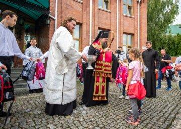 """УПЦ провела молебень з нагоди початку навчального року та вручила сотням дітей """"рюкзачки милосердя"""""""