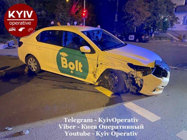 Такси попало в ДТП, водитель во всем винит пассажирку: кадры и подробности аварии