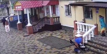 На Одесчине средь бела дня обокрали мать с ребенком в коляске: беспредел попал на видео