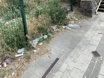 """Кияни влаштували звалище біля станції метро, кричущі фото: """"постійно п'ють..."""""""