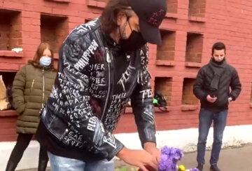 """""""Я отпускаю тебя"""": Киркоров осыпал цветами могилу любимой женщины и не сдержал эмоций"""