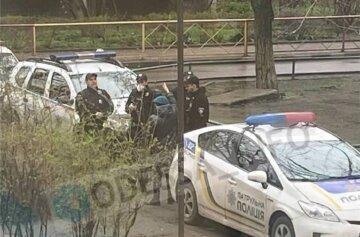 Бездыханное тело найдено под подъездом дома в Одессе: первые кадры трагедии