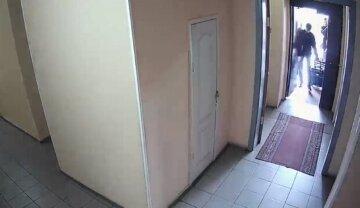 """У Києві на пенсіонера напали у власній квартирі, фото: """"заштовхав, душив і заклеїв рот скотчем"""""""