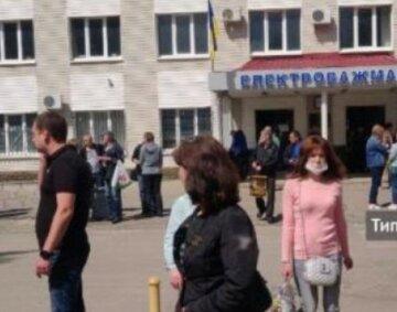 Стоять біля прохідної: працівників Харківського заводу екстрено евакуювали, деталі НП