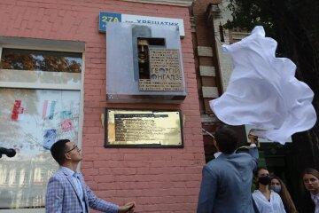 В Киеве атаковали памятник Гонгадзе, фото последствий: «Георгий кому-то не дает покоя»