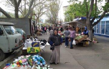 """В Одессе наплевали на карантин и устроили стихийную торговлю: """"от покупателей нет отбоя"""", фото"""