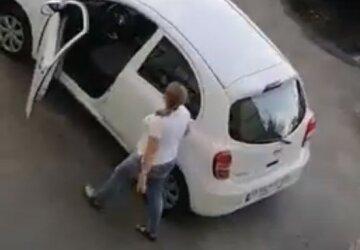 """В Киеве автохамка ради парковки не пощадила клумбу, видео: """"Просто выворотила..."""""""