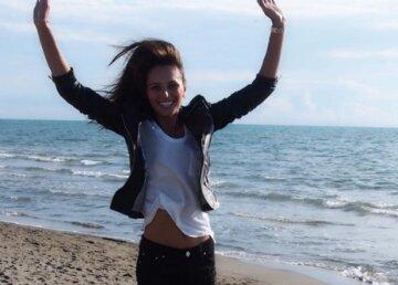 40-річна внучка Чапкіса в бікіні з пікантним вирізом покрутилася перед камерою: кадри з джакузі