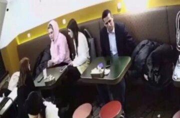 """В Киеве группа иностранцев устроила """"рейд"""" по посетителям кафе: как выглядят воры"""