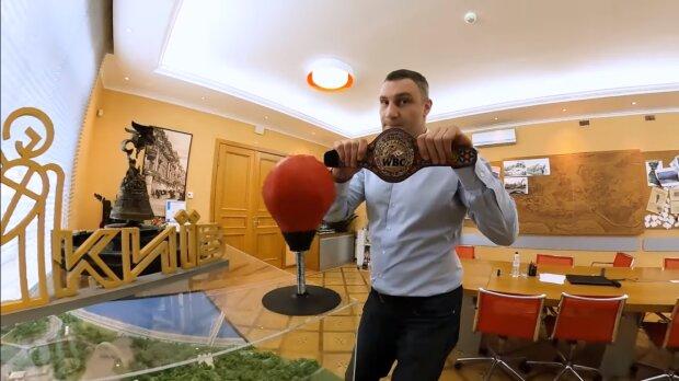 """Кличко зганьбився пустощами на робочому місці, з'явилося відео: """"Зайнявся б роботою"""""""