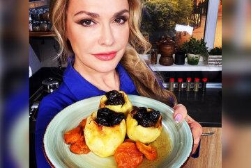 Сумская поделилась рецептом десерта с печеными яблоками и вином: «Это фантастика!»