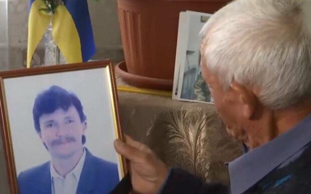 """""""Нет ни чести, ни совести"""": мошенники украли сотни тысяч у родителей, потерявших сына в сражении на Донбассе"""