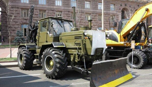 """Ремонтна машина провалилася під асфальт в центрі Києва, фото: """"Повинна була лагодити"""""""