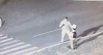 На Харьковщине неадекват набросился с кулаками на уличного манекена: видео курьеза
