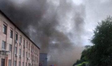 Масові пожежі охопили склади в Києві: рятувальники роблять все можливе: фото