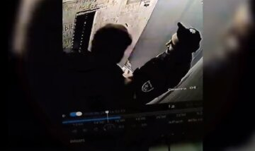"""В Одессе полицейских застукали за странным занятием в лифте: """"Реформа удалась"""", видео слили в сеть"""
