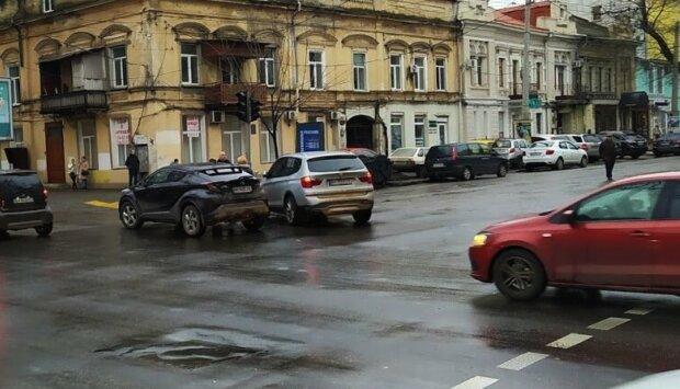 Водій збив 98-річного дідуся в центрі Одеси і зник: кадри з місця кричущої події