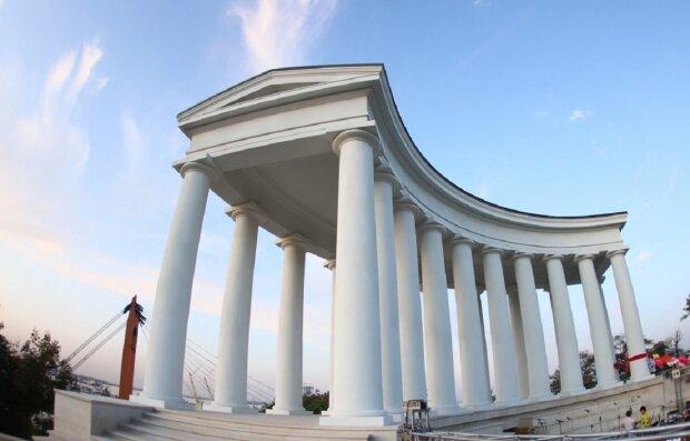 """Відремонтована гордість Одеси руйнується на очах, фото: """"не пройшло і півроку"""""""