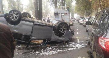В Одессе на ходу перевернулось авто, движение парализовано: кадры аварии