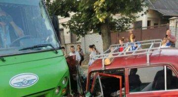 "В Харькове авто протаранило маршрутку с пассажирами, фото: ""вылетел на встречку"""