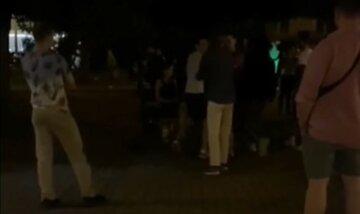 """Вандалы-подростки устроили погром в харьковском сквере, кадры безумия: """"Военкомат, ты где?"""""""